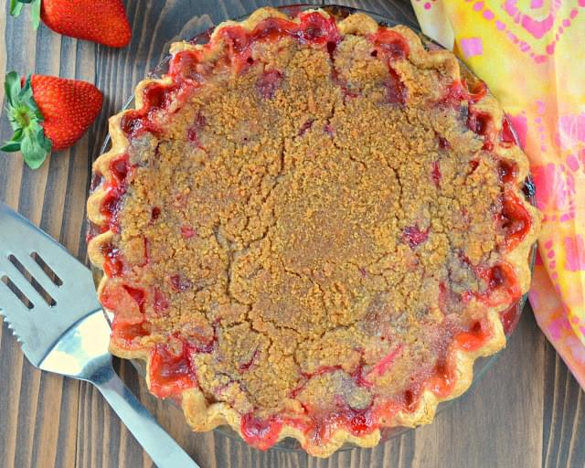 Strawberry Rhubarb Pie With Crumb Topping