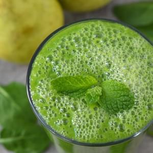 Green Smoothie with Spinach, Pear, and Ginger
