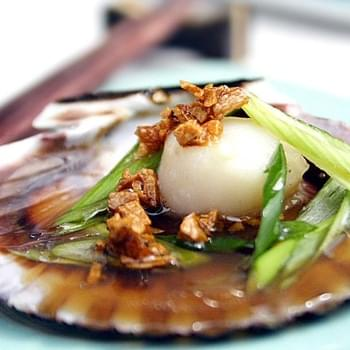 Steamed Scallops with Soy Sauce and Garlic Oil